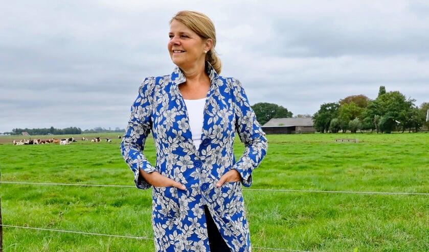 <p>Burgemeester Marja van Bijsterveldt. tevens voorzitter van de Landschapstafel Midden-Delfland, geniet van al het moois dat het gebied te bieden heeft (Foto: Koos Bommel&eacute;)</p>