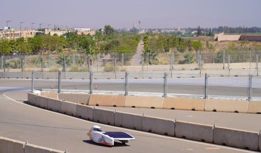 Nuna11 met op de achtergrond het centrum van Marrakesh. Foto: Vattenfall Solar Team