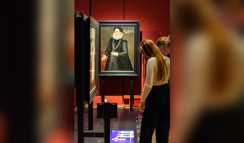 <p>Bezoekers in tentoonstelling Willem van Oranje, Museum Prinsenhof Delft, 2021, (Foto: Anne Reitsma)</p>