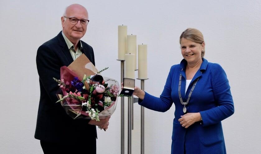<p>Paul de Bree krijgt gemeentelijke onderscheiding uit handen van de burgemeester (Foto: Koos Bommel&eacute;)</p>