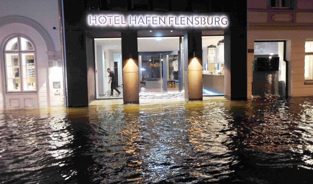 Decemberstormfloden fra 2017 var et sandt mareridt for blandt andre det nyåbnede Hotel Hafen Flensburg. Evoke-projektet skal forebygge konsekvenserne af stormfloder, der er værre.  Karsten Sörensen  ( Karsten Sörensen                                   )
