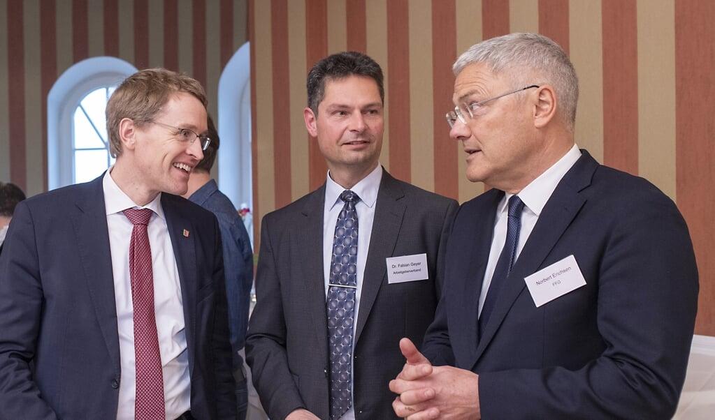 Daniel Günther (CDU), til venstre, til den årlige generalforsamling i den regionale arbejdsgiverforening sidste år. Midtfor er det direktør Fabian Geyer, der flankeres af formand Norbert Erichsen. Fabian Geyer er meget utilfreds med Flensborg-forvaltningens ageren i erhvervspolitikken.  ( Tim Riediger.)