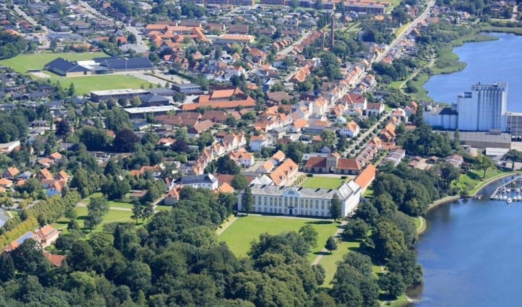 Augustenborg set fra oven. Byen ligger i naturskønt, omgivet af natur og hav.   (Arkivfoto)