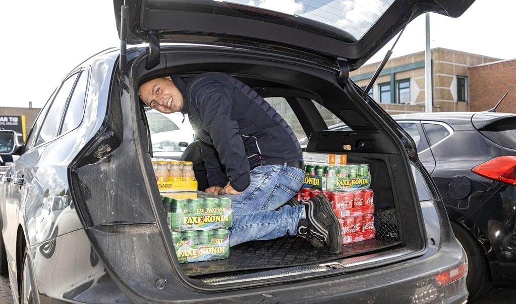 I de nærmeste dage er der sikkert mange danskere, der vil sørge for at få deres grænsejulehandel i hus. Her er det Christian Nielsen fra Horsens. Fotos: Lars Salomonsen.  (Lars Salomonsen)