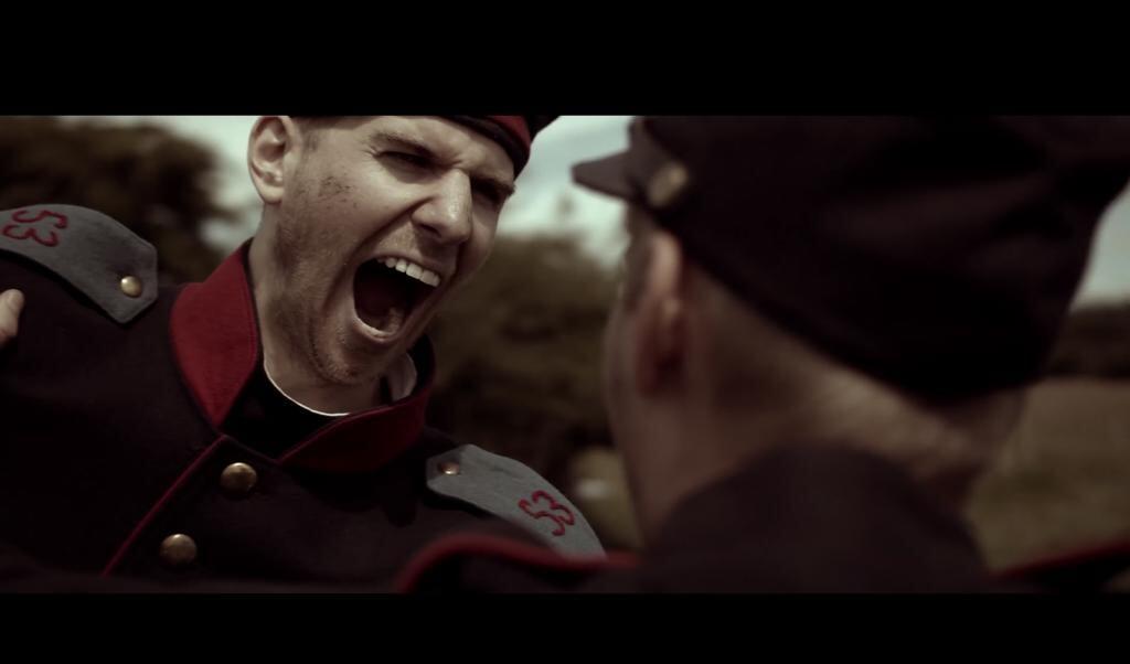In einem Videoclip der Europauniversität sieht man, wie sich deutsche und dänische Soldaten auf dem Schlachtfeld in Kommilitonen auf dem Flensburger Campus verwandeln. Screenshot: EUF  (Screenshot EUF)
