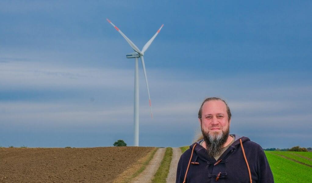 Det var her i Holtsee tæt på Egernførde, at en havørn fandt sit endeligt efter kollission med en vindmøllevinge. Frank Dreves fra Seeadlerschutz Schlei kæmper for, at vindmøller kun skal stå der, hvor de ikke skader de store rovfugle.   ( Sebastian Iwersen)