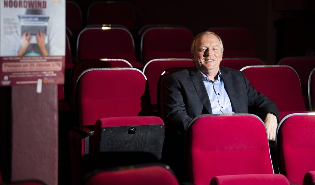 """Teaterchef Rolf Petersen i studioteatret, hvor der trods coronapandemien snart skal opføres """"Good gegen Noordwind"""", som det fremgår af plakaten.  ( Kira Kutscher)"""