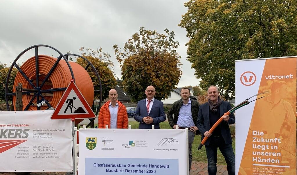Fra venstre er det Sven Schneider (innogy SE), Dirk Moysich (net services), Jan Rathje (vitronet) og Hanveds borgmester, Thomas Rasmussen, som symbolsk gør klar til byggestarten i december.  Patric Hehne, Gemeinde Handewitt  (privat)