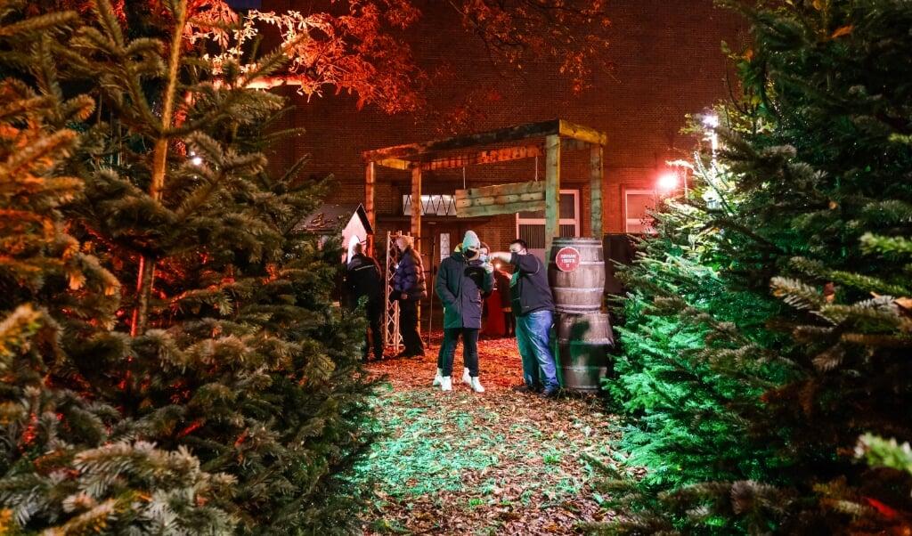 Området ved Deutsches Haus var egentlig pyntet op med juletræer, boder og varmelamper, så gæster kunne nyde punch og julestemning. I stedet vil det nu være muligt at købe et juletræ i skoven, som man selv skruer løs.    (Sven Geißler)