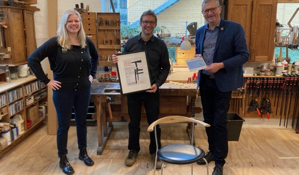 Anne Blond (t.v.), Rasmus Fenhann og borgmester Henrik Frandsen ved prisoverrækkelsen.  ( Tønder Kommune)