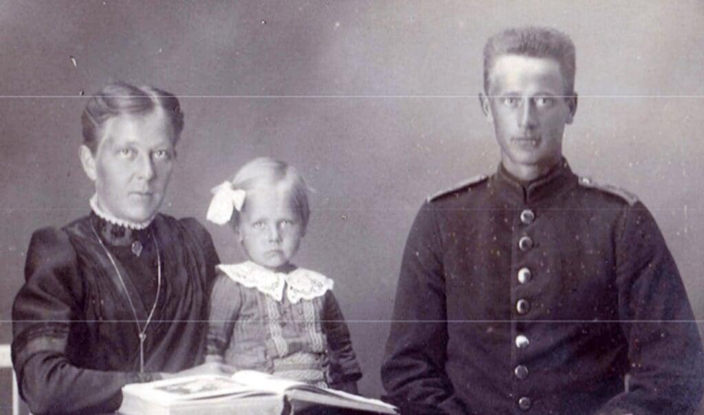 Jens Frederik Heise på orlov hjemme hos hustruen Kathinka og den ældste datter, Didde. Det var under en orlov, at han deserterede fra den tyske hær.  (Privatfoto)