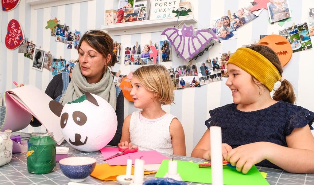 Sarah og børnene Lena Mie og Lotta elsker at klippe/klistre  ( Sven Geissler)