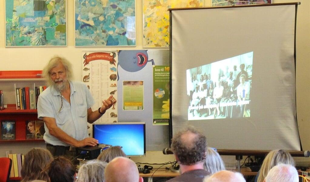 Jacob Holdt holder stadig foredrag om sine amerikanske billeder. Her på Allinge Bibliotek under Folkemødet 2016.   ( Finn Årup Nielsen, Wikimedia Commons)
