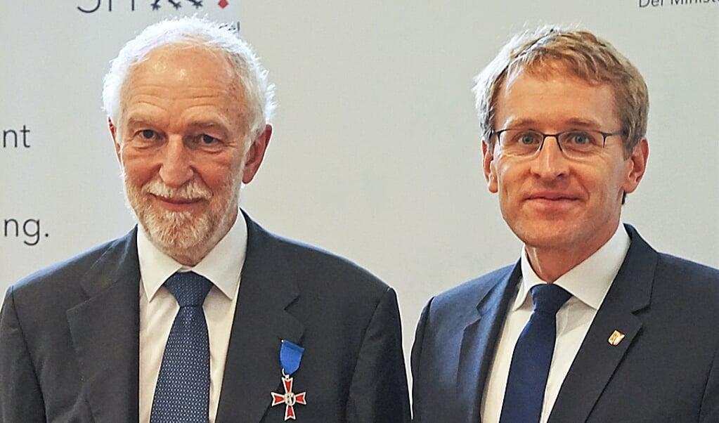 Henrik Becker-Christensen sammen med ministerpræsident Daniel Günther, der har overrakt Verdienstorden des Landes Schleswig-Holstein.  (Historisk Samfund for Sønderjylland)