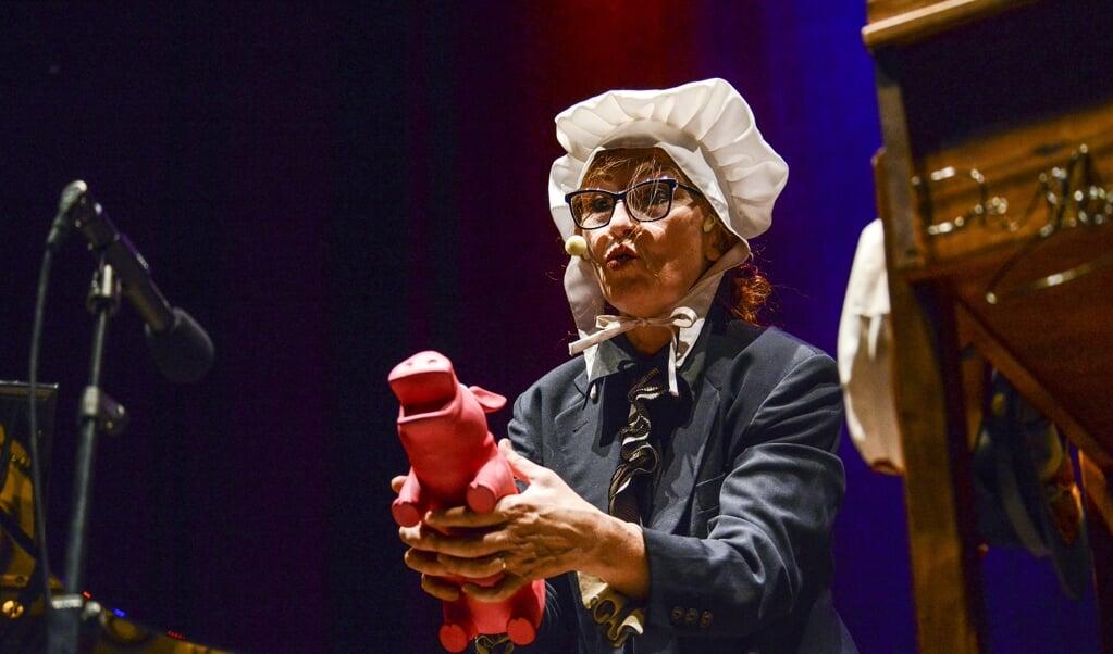 Bodil Jørgensen i et af de bedre indslag under forestillingen i Flensborg. Her lader hun en rød gris grynte.  (Hans Christian Davidsen)