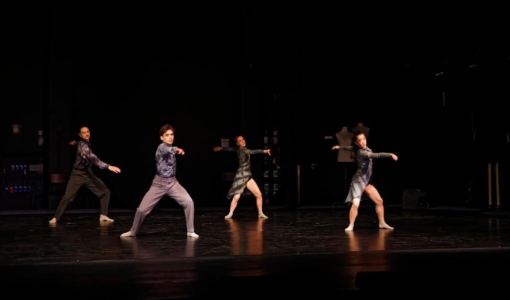 Timo-Felix Bartels, Pol Andrés Thió, Mackenzie Brousson og Riho Otsu (fra venstre) i forestillingens første kapitel.   ( Landestheater)