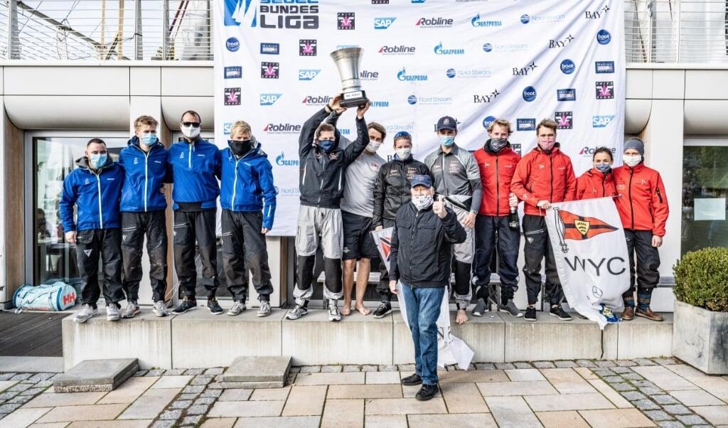 Der Flensburger Segel-Club (l.) durfte sich am Ende über den dritten Platz im Liga Pokal freuen.  Lars Wehrmann/DSBL  (Lars Wehrmann)
