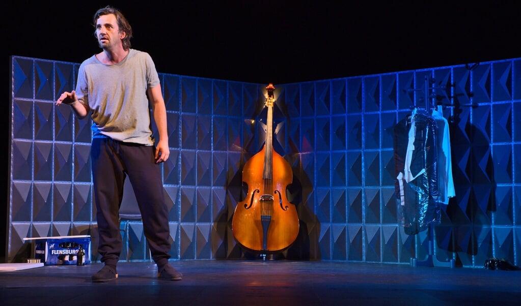 Simon Keel  spiller en introvert og bitter mand, der undgår mennesker og burer sig inde i sin lejlighed.  ( Tilman Koeneke)