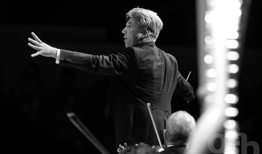 Den tyske dirigent Henrik Schaefer spiller solobratsch i Mozarts Sinfonia Concertante.   ( Sønderjyllands Symfoniorkester)