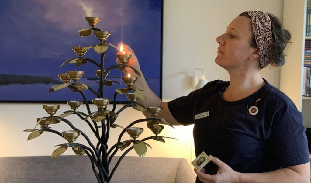 Kirsten Bühler er glad for sit arbejde på Sankt Lucas Hospice i Hellerup. Hun har ingen planer om en karriere, men finder stor mening i at kunne kombinere sine uddannelser som diakon og sygeplejerske.  ( Lisbeth Christiansen)