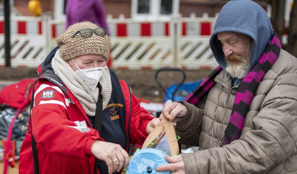 En isomåtte, cowboybukser og sweater blev det blandt andet til for 67-årige Heino, som her på billedet ses med Loretta Parzentny fra Helferherz Flensburg.  Tim Riediger  ( )