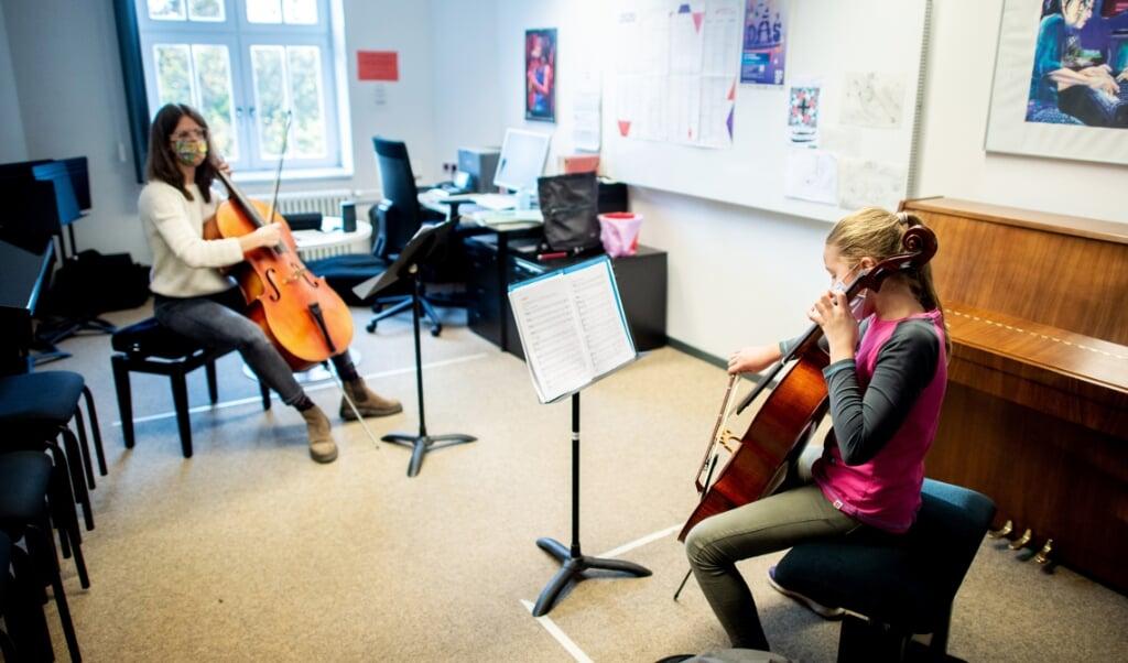 Einzelunterricht ist an den Musikschulen nur unter Einhaltung von Hygienemaßnahmen möglich - wenn überhaupt. Archivfoto:   (Hauke-Christian Dittrich, dpa)