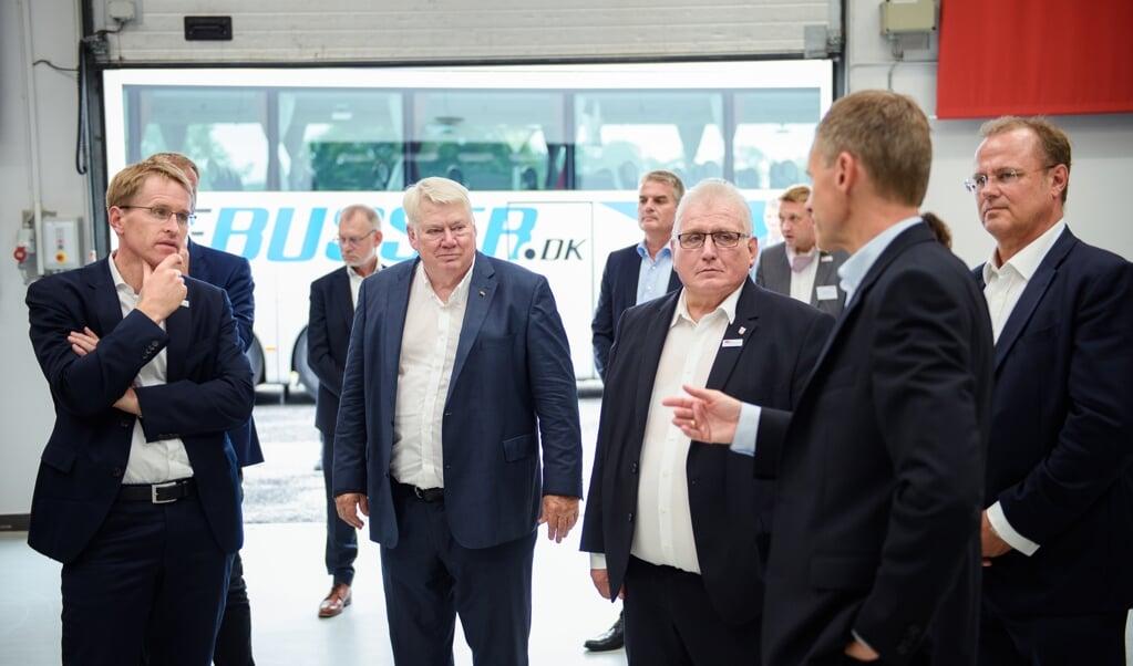 Virksomheder som Danfoss har vist, at det kan betale sig at arbejde på begge sider af den dansk-tyske grænse. Her fremviser Danfoss bestyrelsesformand Jørgen Mads Clausen koncernens formåen for Slesvig-Holstens ministerpræsident Daniel Günther ved et arrangement tidligere på året.  (Arkivfoto, DPA)