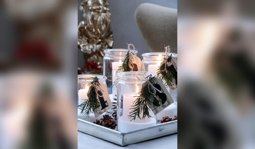"""Se bare her - den skønnest nedtælling til jul! Arranger fire glas på en bakke og læg nogle kogler ned ved siden af.TIP: Hvis du vil have mere glans i """"sneen"""" i bunden af glassene kan du i stedet for salt bruge sukker, der glitre lidt mere. Eller du kan blande lidt hvidt pulverglimmer i.  ( Fra bogen JUL)"""