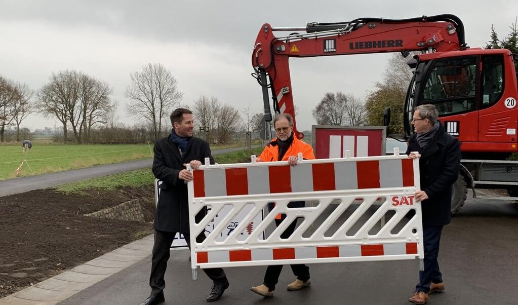 Departementschef Thilo Rohlfs, leder af trafikstyrelsen Torsten Conradt og Kay Richert, FDP-trafikordfører i Kiel, rydder de sidste afspærringer væk på landevej 96 ved Hanved.  ( Iris Uellendahl)