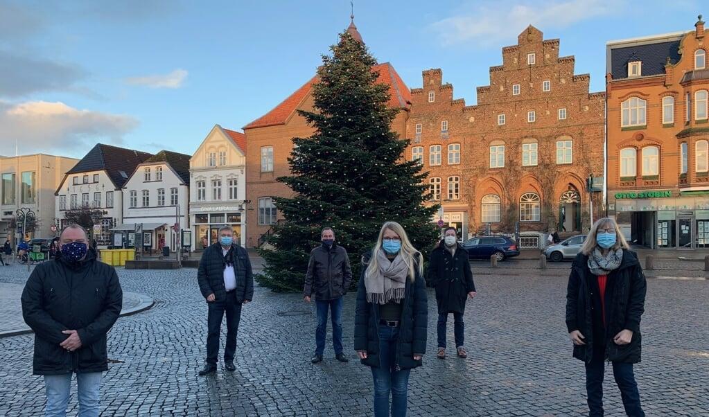 Husum Kommune har pyntet juletræet, som er en lidt større attraktion end normalt. Samlet omkring juletræet er (fra venstre) Matthias Matzke (Ordnungsamt Husum), Norbert Jungjohann (leder af Stadtwerke Netz), Ekkehard Lenius (Plant Manager KSH), Silja Pairott (Ordnungsamt Husum), Benn Olaf Kretschmann (leder af Stadtwerke) og Jutta Albert (leder af Turisme og Bymarkedsføring Husum GmbH).  (Husum Kommune)
