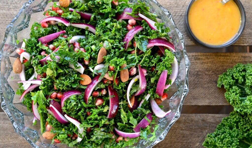 Du skal være nænsom med grønkål. Nyd den rå, med mandler og en sødlig dressing af mango.  ( Camilla Pi Kirkegaard)