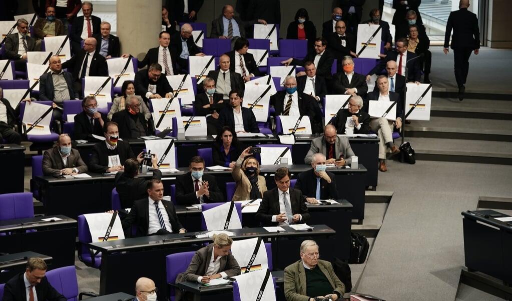 Balladen begyndte med, at AfD-politikerne i strid med alle regler gennemførte en plakataktion i parlamentet. Senere blev politikere fra andre partier chikaneret og fornærmet af ubudne gæster, der formentlig var lukket ind af AfD-medlemmer.  Michael Kappeler, dpa.  ( )