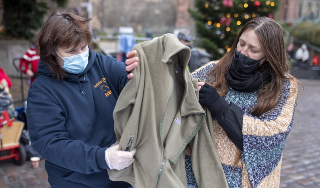Inken Möller (t.v.) og bruger Gaby Bahr tager en sweater i øjensyn. Gaby roser den hjælp, Inken Möller har været initiativtager til.   (  Tim Riediger)