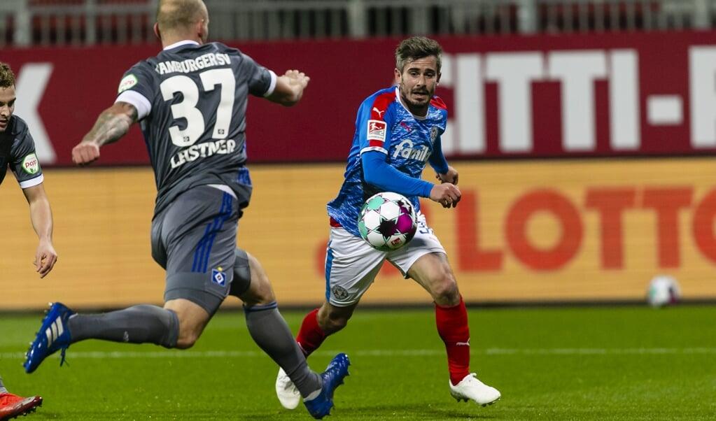 Hamburgs Toni Leistner (l) und Kiels Fin Bartels mussten die Punkte teilen.   ( Frank Molter/dpa )