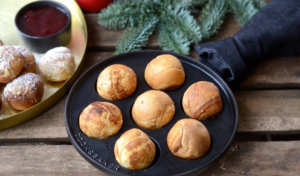 Æbleskiveroulette forudsætter, at du går i gang med at bage æbleskiver. Kom noget skørt i 1-2 af æbleskiverne, fx. sennep. Hvem mon taber og trækker den ærgerlige æbleskive? Det er ret hyggeligt.  ( Camilla Pi Kirkegaard)