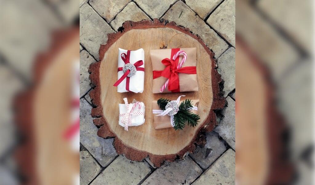 Sukkerstokke eller chokolade med krymmel gør pakkerne spiselige og festlige.  ( Lene Nissen)