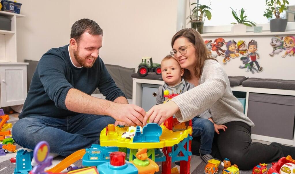 Bente Petersen og Lasse Metzger elsker at lege med deres søn Linus.  ( Sven Geißler)