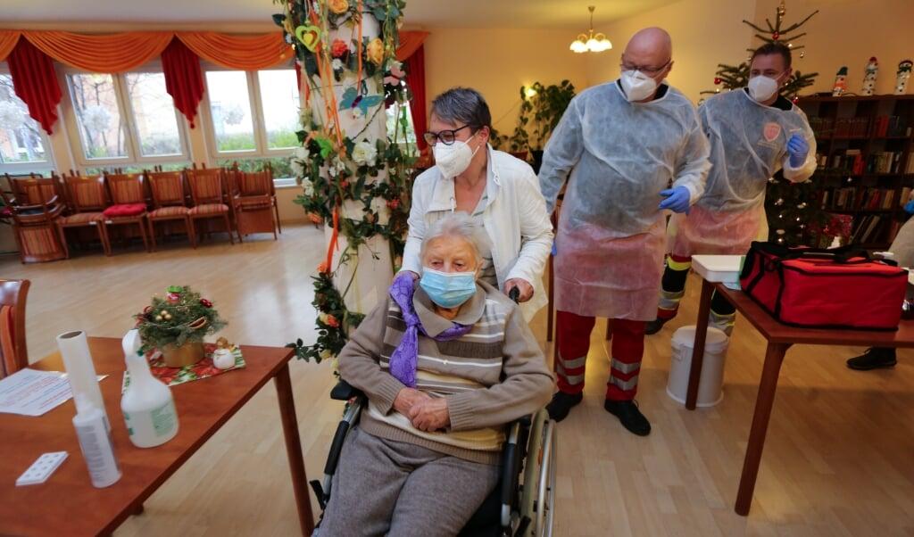 Jeg har det godt. Sådan lød budskabet til pressen fra den 101-årige plejehjemsbeboer, Edith Kwoizalla fra Sachsen-Anhalt, efter hun som den første i Tyskland blev vaccineret allerede lørdag.   (Matthias Bein/dpa.)