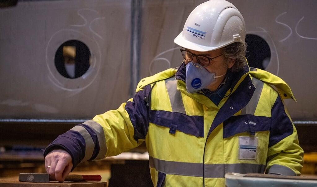 Sidste år begyndte FSG på den første RoRo-færge efter deres relancering. Projektleder Klaus Müller sætter her sidste søm i kølen. Nu skal FSG lave endnu en RoRo-færge til den nye ordre.   (Kira Kutscher)