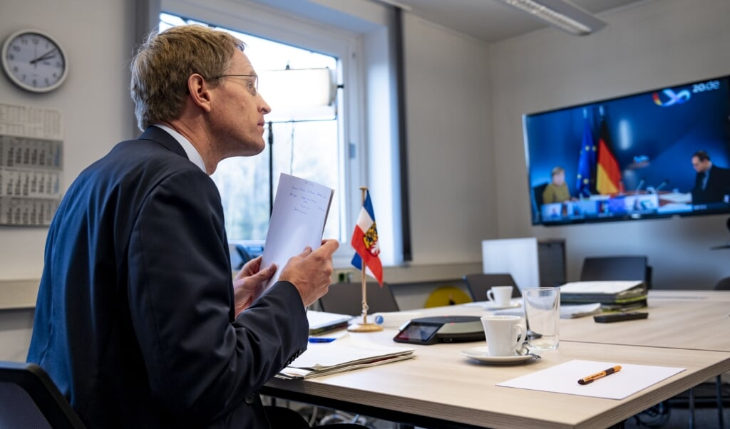 Smittespredningen i Slesvig-Holsten er fortsat alarmerende høj, konstaterer ministerpræsident Daniel Günther.   (Axel Heimken/dpa)