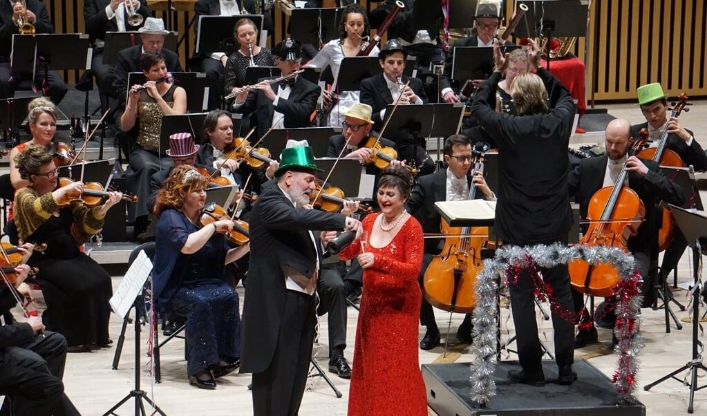 Der skænkes champagne til nytårskoncerten med Sønderjyllands Symfoniorkester.  (SSO)