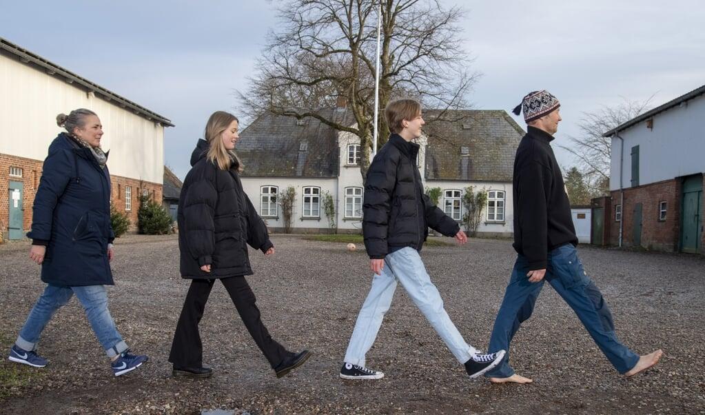 Trip trap træsko hen over slægtsgårdens gårdsplads traver Andreas Andresen, Michel, Joke og Anke ligesom The Beatles på Abbey Road coveret. De taler tysk, og børnene går i dansk skole.   ( Tim Riediger)