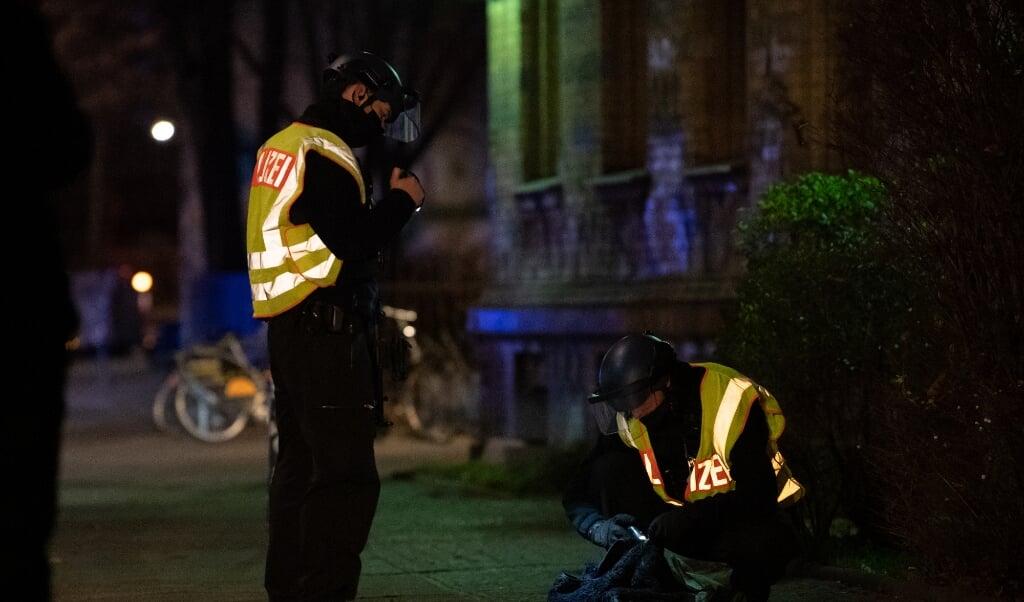 Politiet ransager et område ved en u-banestation nær gerningsstedet.    (Paul Zinken/dpa.)