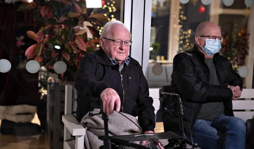 92-årige Chresten Bejsgaard med sin søn sidder på Plejehjemmet Birkebo i Aalborg. Han var den første på plejehjemmet, som søndag blev vaccineret mod covid-19.   (Henning Bagger/Ritzau Scanpix)