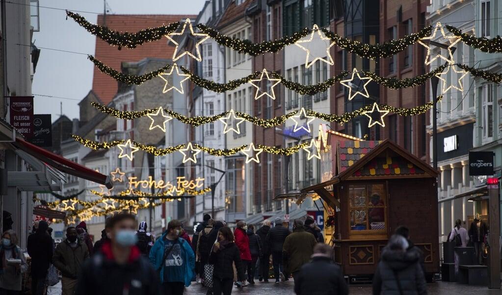 Zwei Weihnachtsbuden stehen bereits in der Flensburger Innenstadt, ab Montag sollen weitere folgen.   (Kira Kutscher)