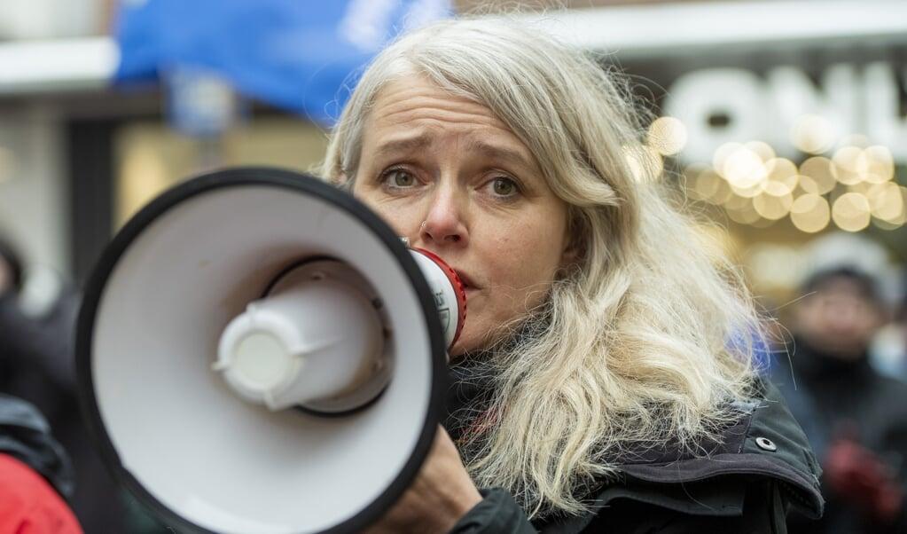 Katrine Hoop stiller sig gerne op på en ølkasse for at få lydhørhed for sine synspunkter, der ikke mindst er krav om at give lige rettigheder til alle borgere i samfundet. Her står hun med megafonen på en demonstration i februar i år i Flensborg.   Katrine Hoop   Tim Riediger  (Tim Riediger / nordpool)
