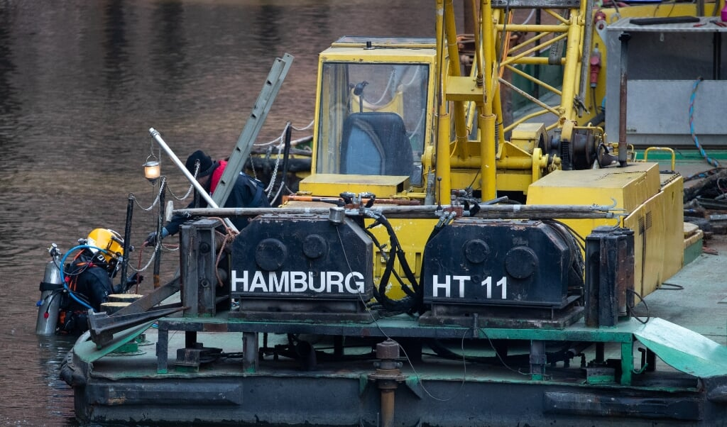 En dykker fra ammunitionsrydningstjenesten gør sig klar til fjernelsen af en granat, der blev fundet Hamborgs havn.   ( Christian Charisius/dpa)