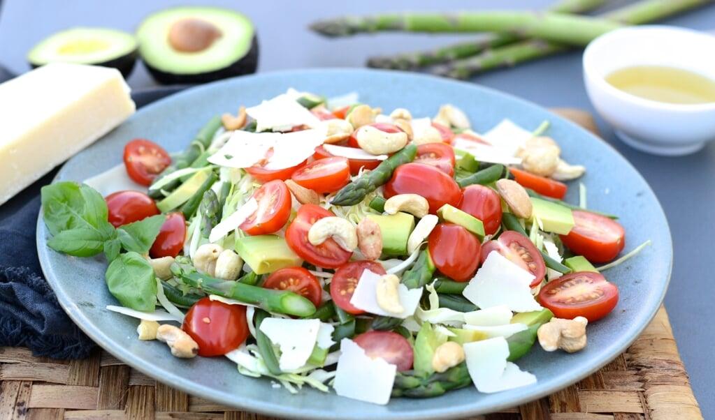 <p>Gode tomater, parmesan, n&oslash;dder &nbsp;- uhmm. Det er en sk&oslash;n salat. Opskrift nederst i artiklen.</p>  ( Camilla Pi Kirkegaard)
