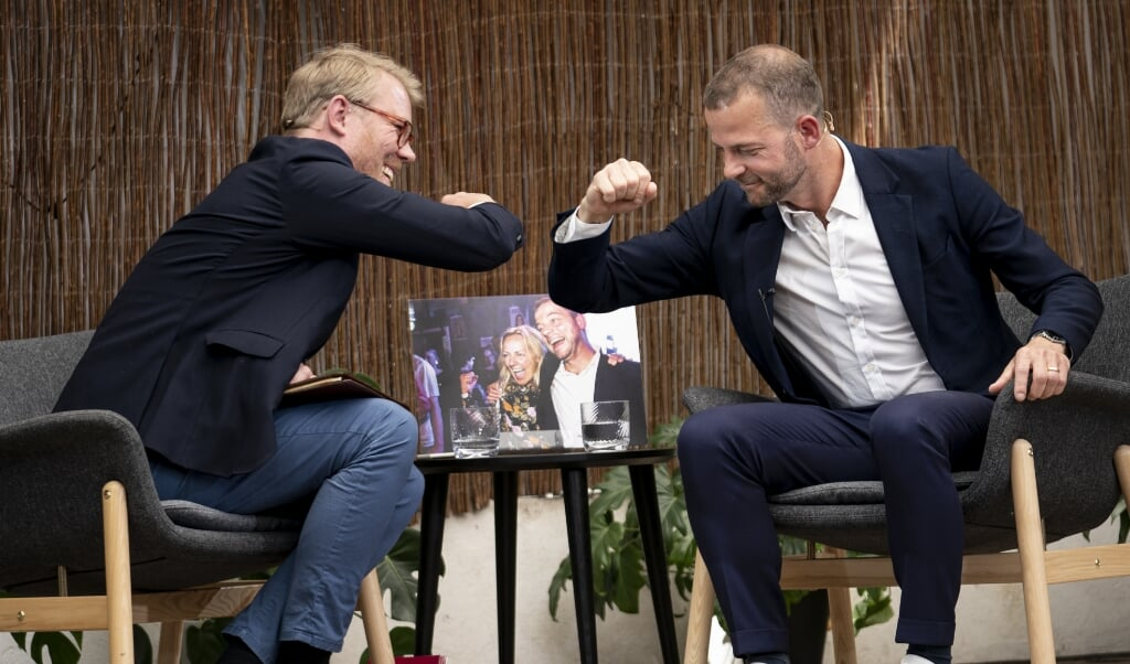 Partileder Morten Østergaard (RV) og journalist Søren Lippert giver hinanden en albuehilsen på Altingets Sommermøde.  ( Niels Christian Vilmann/Ritzau Scanpix)