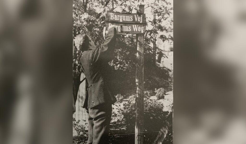Efter 1920 kom der både danske og tyske gadeskilte - og efter 1945 blev de tyske gadeskilte fjernet i Tønder.  Arkiv.dk  (fla)